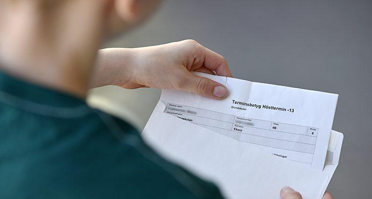 En hand håller ett betyg.