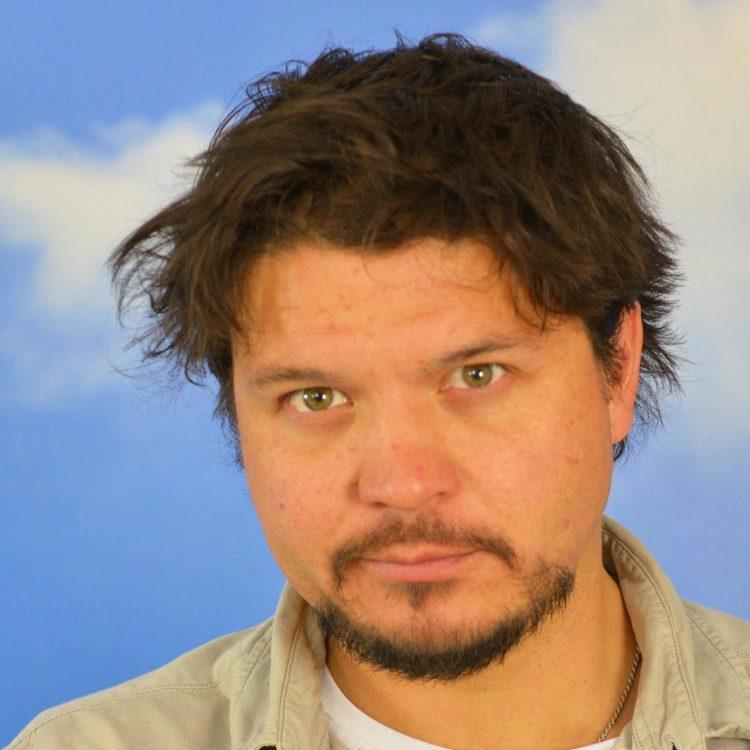 En man i 30-års åldern med brunt hår