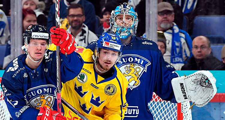 Spelare trängs framför Finlands målvakt.