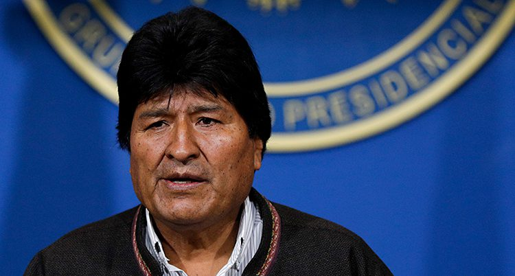 Evo Morales har mörkt hår och ser ledsen ut