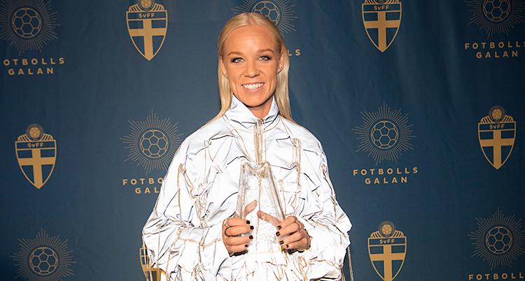 Caroline Seger är på Fotbollsgalan och visar upp sitt pris Diamantbollen. Det ser ut som en slags pelare i glas.