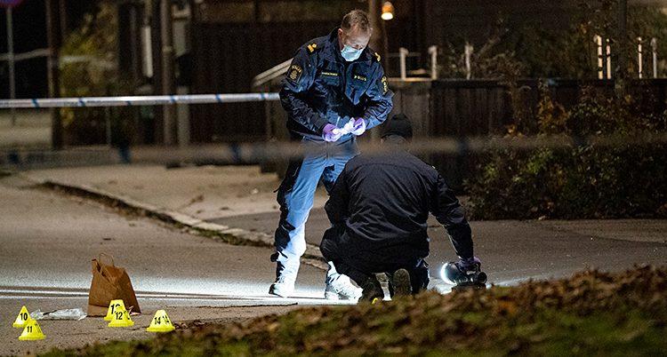 Poliser undersöker platsen där en 16-årig pojke blev skjuten i Malmö.
