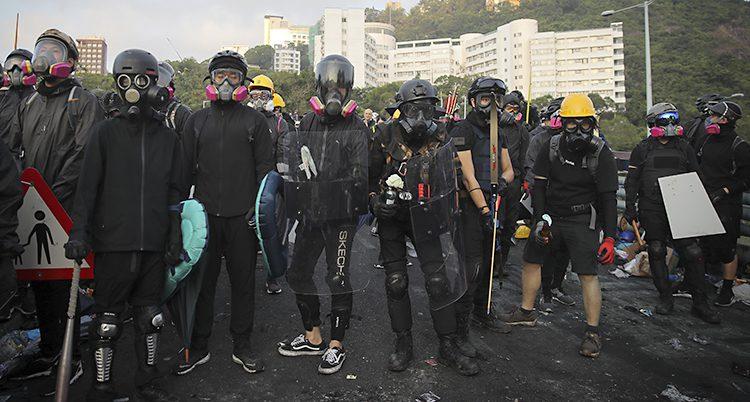 Studenterna har masker och sköldar som de gjort själva