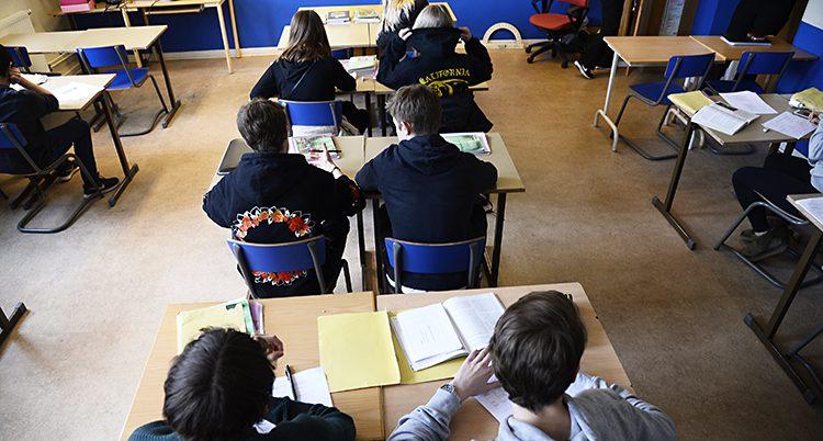 Elever i ett klassrum syns bakifrån