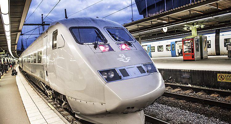 Ett tåg på en station.