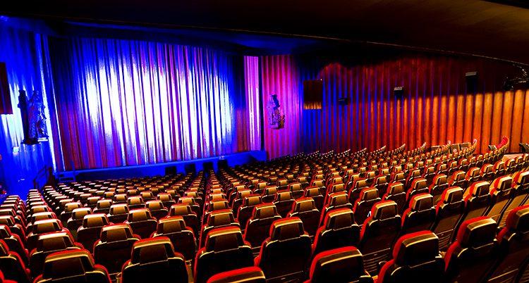 En biograf. Alla stolar är tomma.