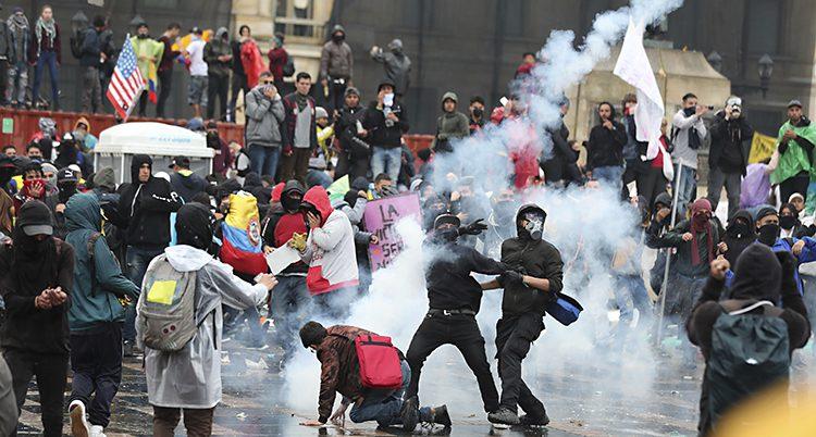 Många människor protesterar ute på gatorna.