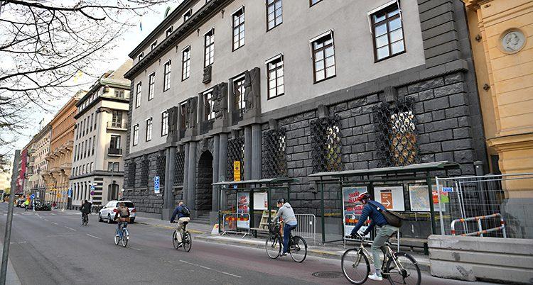 En bild på SEBs stota hus av sten. Några människor cyklar förbi.