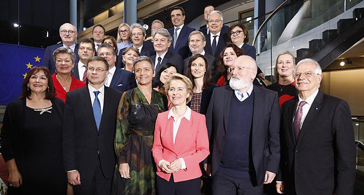 Alla politikerna står i en trappa och tittar lite uppåt. Längst fram står von der Leyen i rosa jacka.
