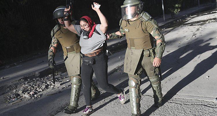Poliserna i Chile griper en kvinna.