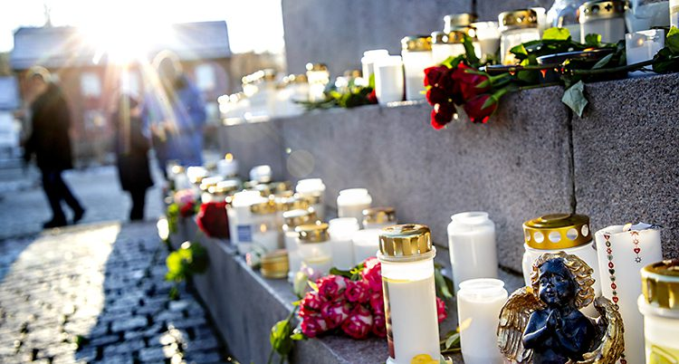 Massor av ljus och blommor syns på torget i Uddevalla.