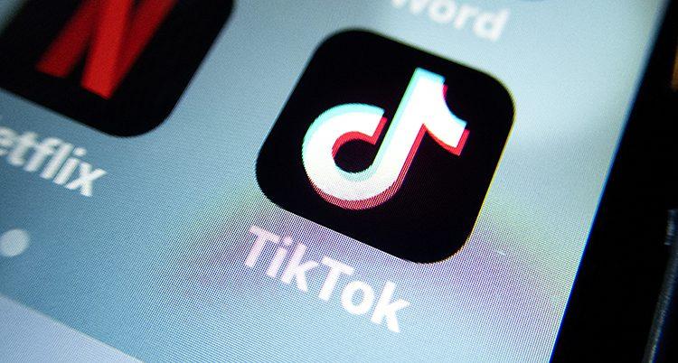 Så här ser appen Tiktok ut i mobilen. En vit symbol med svart bakgrund. Under står det Tiktok.