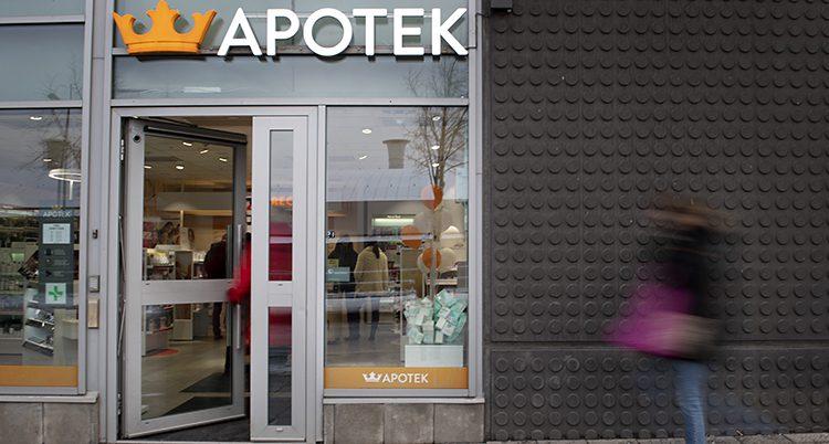 Dörren står öppen till ett apotek med en krona som symbol