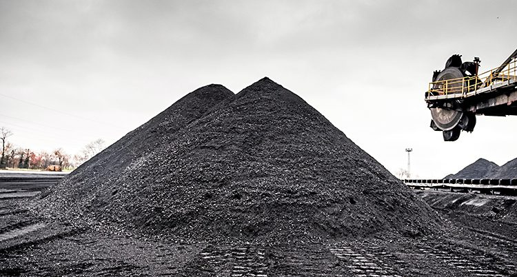 Svart kol i en pyramid
