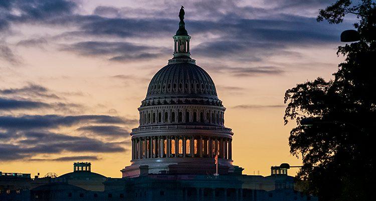 En bild på Kapitolium i skymningen, USAs riksdag.