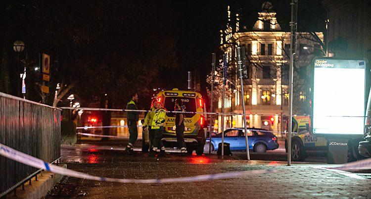 Det är natt i Norrköping. Bilden är tagen utanför en nattklubb. På gatan har poliser spärrat av. Det syns en ambulans och vid bilen står ambulanspersonal. Det syns också en polisbil.