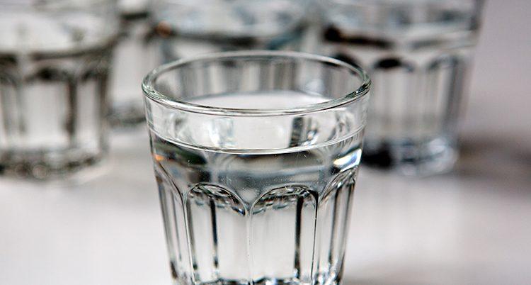 Närbild på ett glas med vatten
