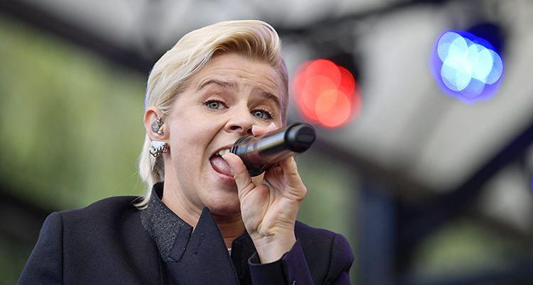 Robyn sjunger.