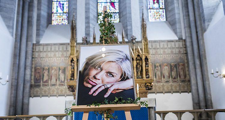 Porträtt på Josefin Nilsson i kyrkan på hennes begravning.