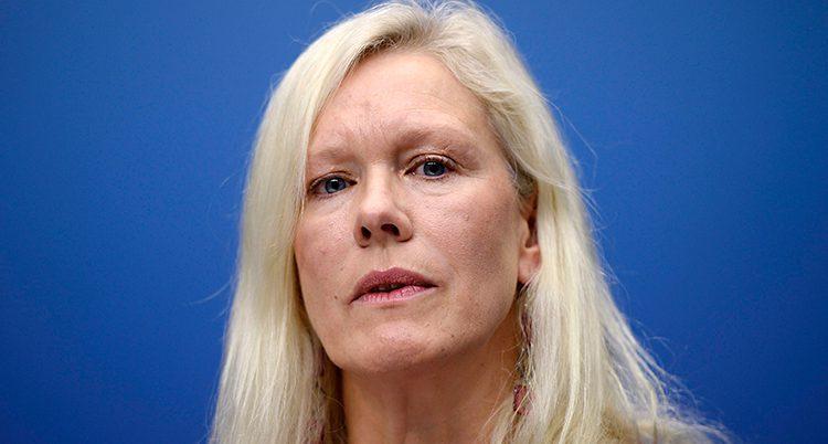 Anna Lindstedt på en pressträff år 2013. Hon har långt blont hår. Hon står framför en blå vägg.