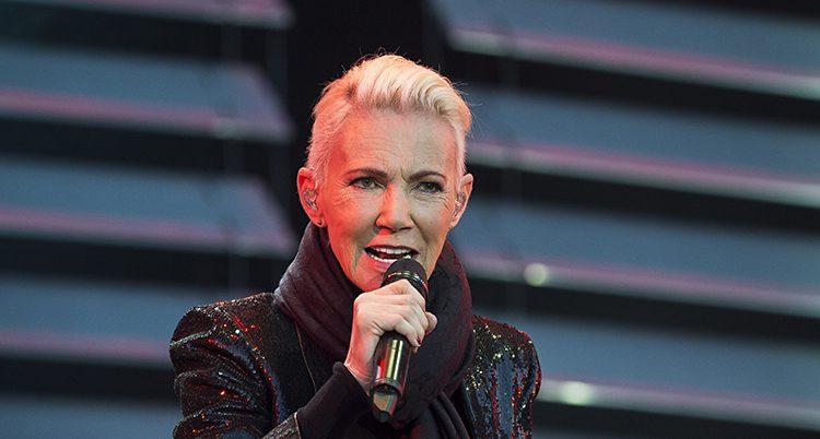 Marie Fredriksson sjunger på en scen.