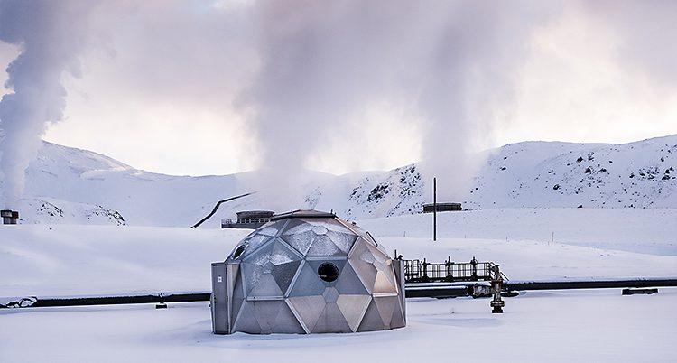 Maskinen ser ut som en iglo och står på snö