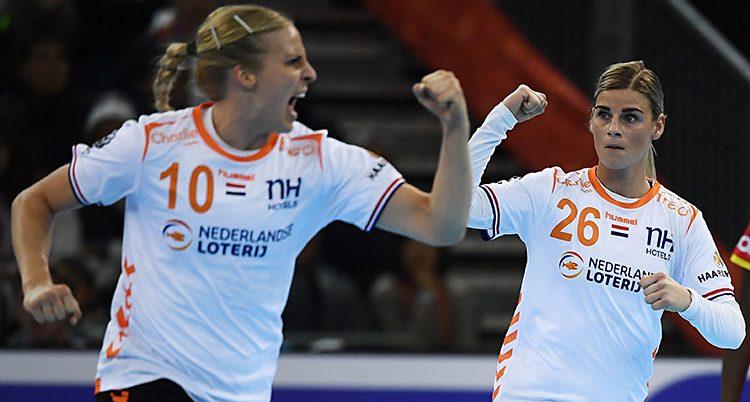 Två spelare håller upp varsin knuten näve efter ett mål