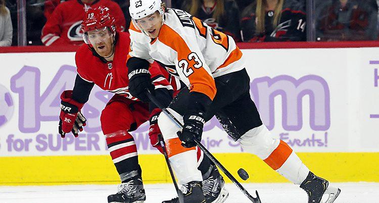 Två spelare i kamp om pucken.