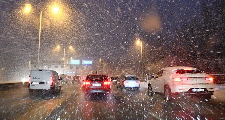 Bilar kör när snön faller