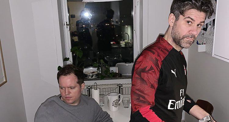 Anders sitter och Klas står i ett kök med rufsig hår