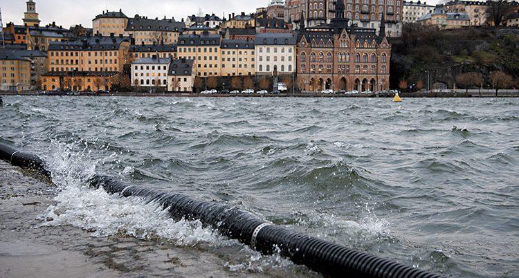 Vattnet går över kanten på kajen i Stockholm