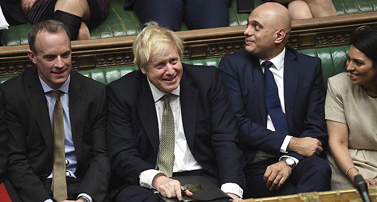 Boris Johnson i riksdagen omgiven av andra politiker.