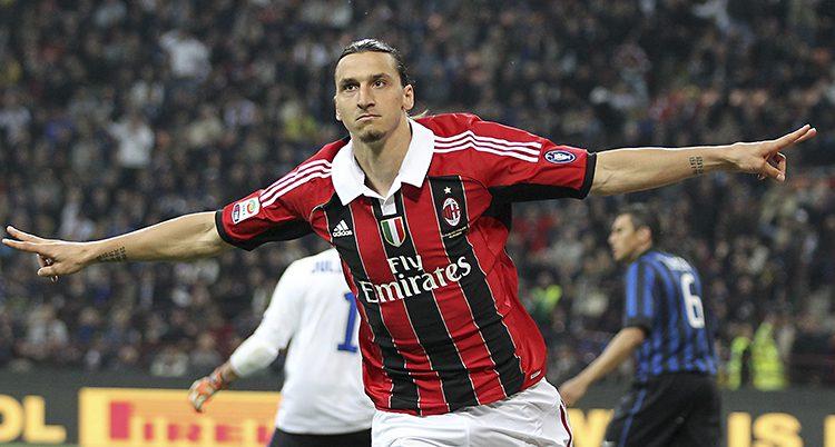 Zlatan har gjort mål och sträcker ut armarna.