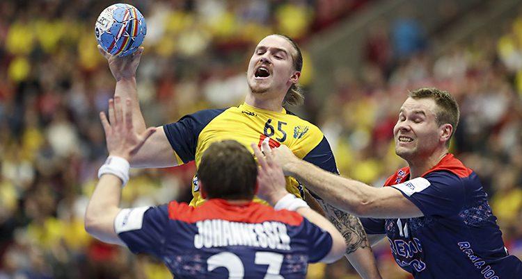 Lukas hoppar med bollen. En norrman drar honom i tröjan. Den andre håller upp händerna framför honom.
