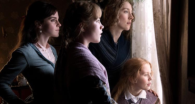 Fyra unga kvinnor tittar ut genom ett fönster