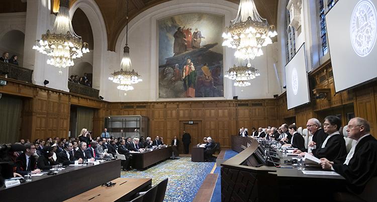 Domare i svarta rockar sitter i ett stort rum