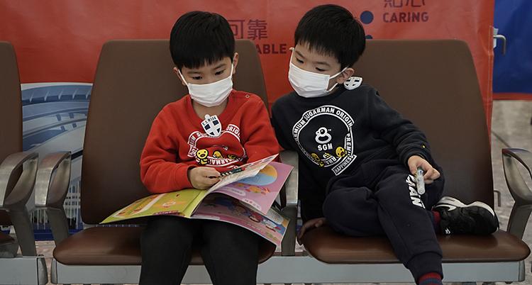 De tittar i en tidning