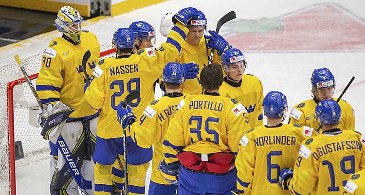 Sveriges spelare klappar om varandra vid målvakten.