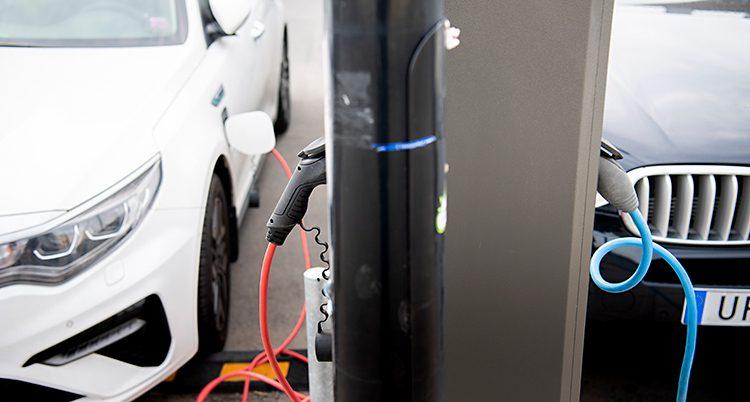 En elbil står vid en stolpe för att bli laddad.