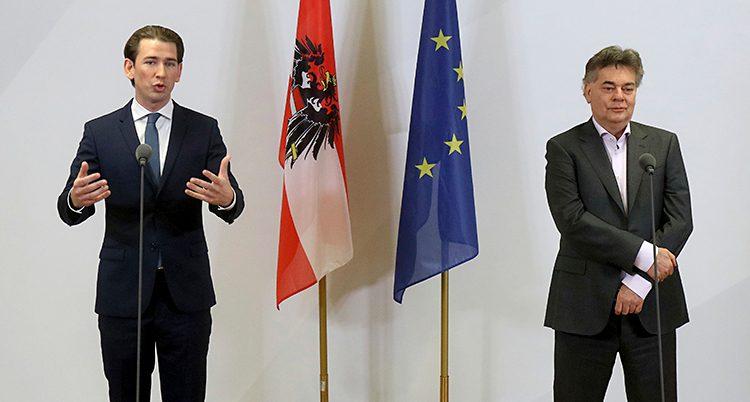 Sebastian Kurz och miljöparties ledare Werner Kogleska. De har mörka kostymer på sig.