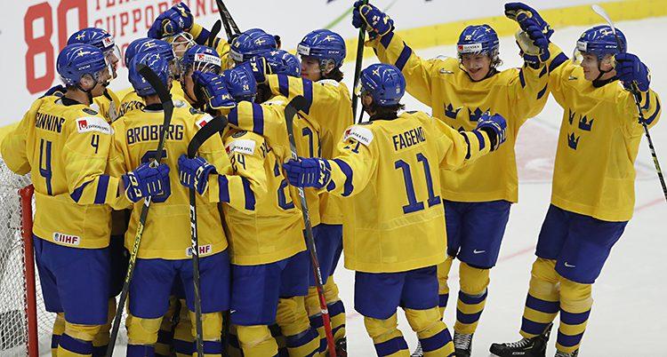 Svenskarna samlas vid målvakten och kramar om varandra.