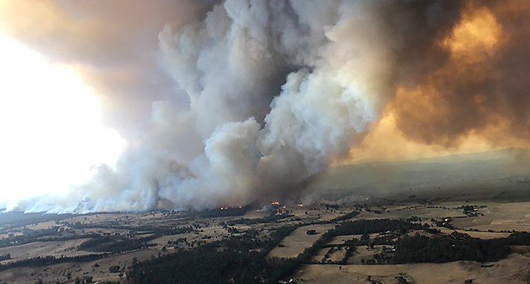 En bild som är tagen från luften. Den visar ett stort moln av rök som kommer från marken.