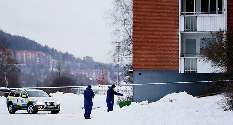 Poliser spärrar av ett område i Sundsvall.