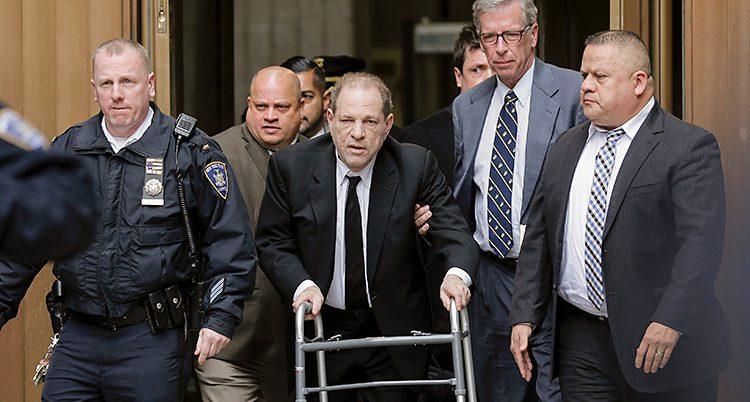 Harvey Weinstein lämnar rättegången. Han går med rullator.