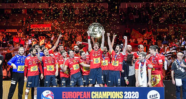 Det spanska laget jublar och håller upp en pokal