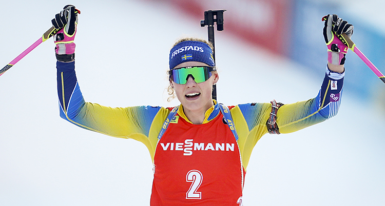 Hanna Öberg sträcker upp händerna. Hon ser både trött och glad ut.
