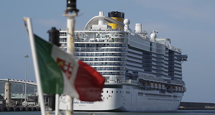Ett enormt fartyg i havet, med flera våningar. En italiensk flagga syns i bildens förgrund.