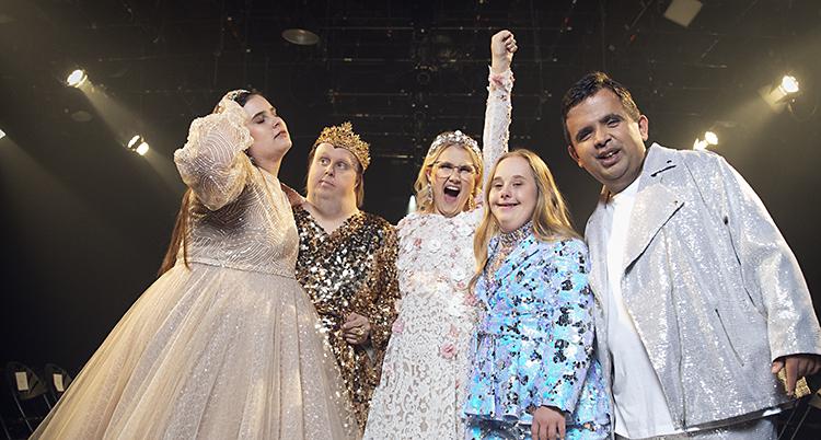 Kitty, Nicklas, Emma, Ida och Alex står på en catwalk. De har på sig kläder som glittrar.
