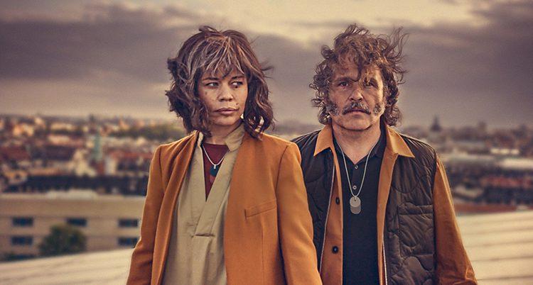 Lotta Lundgren och Erik Haag. De har kläder i jordnära färger på sig.