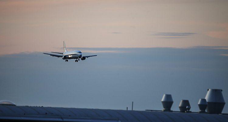 Ett flygplan syns i luften.